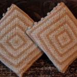 Poduszki zrobione na szydełku wzorem granny square