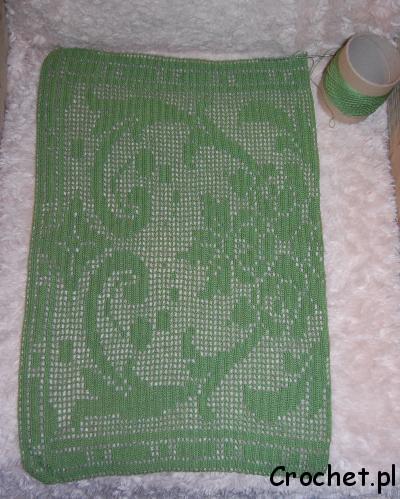 Zielony bieżnik na szydełku robiony techniką filet