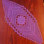 Oryginalny bieżnik w kolorze lila na szydełku