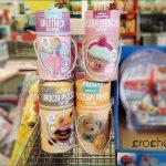 Szydełkowe zabawki w osiedlowym sklepie
